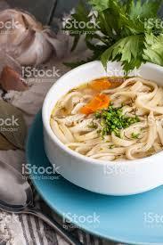 cuisiner une vieille photo de soupe au poulet avec des pâtes sur une vieille table en