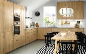 ikea edelstahl küche eine küche mit ekestad fronten in eiche mit elektrogeräten in
