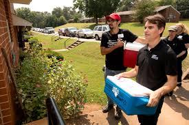 jeff kitchen nascar driver jeff gordon helps cus kitchen at uga prepare