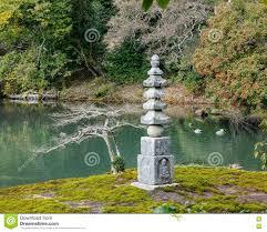 pierre pour jardin zen jardin japonais avec la tour en pierre au temple de kinkaku à