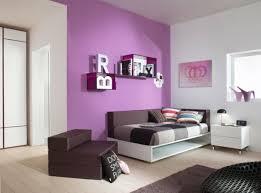 chambre violet design interieur chambre fille lit fauteuil coussins mur violet