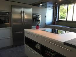 cuisine avec frigo americain cuisine blanche avec ilot central et table attenante