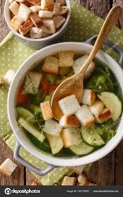 cuisine legere et dietetique légère soupe diététique avec croûtons gros plan dans une casserole