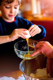 cuisiner avec ses enfants faire la cuisine une activité qui peut être partagée avec ses