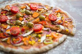 cuisiner une pizza pâte à pizza de carottes oignons poivrons et bacon
