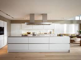 kitchens collections moderne witte keuken met kookeiland en greeploze laden en kasten