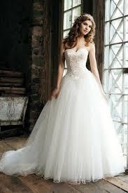 robe de mariã e traine robe de mariée en tulle brodé à traîne chapelle à a ligne