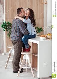 sexe dans la cuisine le beau passionné est souriant et étreignant avoir