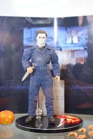 spirit halloween michael myers mezco brings halloween to sdcc with awesome michael myers figure