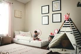 sol chambre bébé deco murale chambre bebe garcon chambre montessori lit au sol