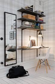 deco bureau pro un coin bureau noir dans une entrée avec un déco portée par un