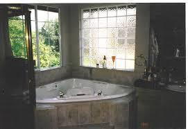 bathroom with windou haammss