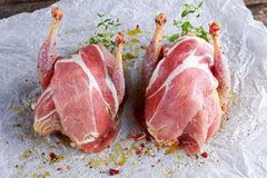 cuisiner une perdrix perdrix chevronnées crues prêtes à cuisiner sur le papier chiffonné