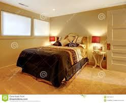 chambre sous sol chambre à coucher de sous sol avec le bâti d invité photo