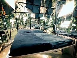 hotel chambre avec miroir au plafond le propeller island city lodge un hôtel arty à berlin