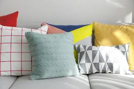 Sofa Decorative Pillows by 35 Sofa Throw Pillow Examples Sofa Décor Guide Grey Couches