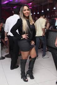 De vestido curtíssimo, Mulher Melão vai até o chão em balada no Rio