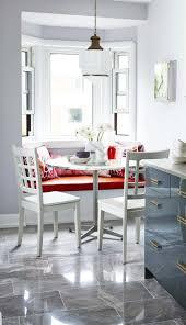 banc de coin pour cuisine decoration banc cuisine blanc assise orange coussins motifs
