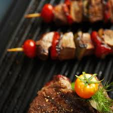 cuisiner plancha cuisiner pas cher en août le barbecue vs la plancha cuisine