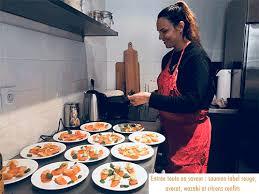 deux filles en cuisine deux filles en cuisine derrière les fourneaux de mapièce jacobins