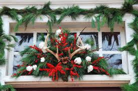 williamsburg decorations made from pine tree leaves and