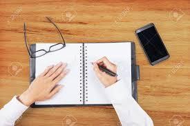 agenda bureau en gros gros plan des mains faire un plan sur l agenda livre tiré dans le