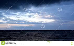 imagenes hermosas que se mueben las nubes azules hermosas se mueven rápidamente sobre el agua en el