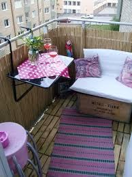 bank balkon balkon sichtschutz bambus niedrige bank kleiner tisch rosa akzente