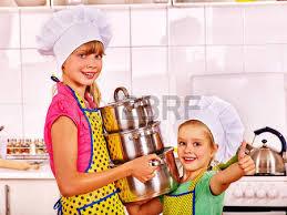 cuisine et spectacle enfants fille cuire à la cuisine banque d images et photos