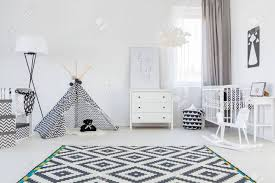 tente chambre chambre bébé noir et blanc avec tente et tapis banque d images et