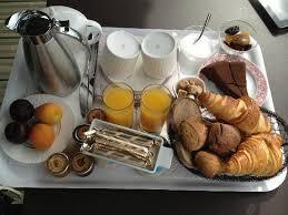 chambre et petit dejeuner plateau petit déjeuner servi en chambre photo de domaine des