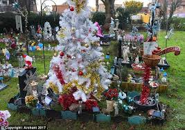Christmas Grave Decorations Mother Is Ordered To Remove Christmas Tree On Baby U0027s Grave Daily