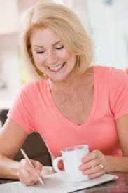 Le Journal De La Femme Cuisine Cuisine Femme Femme Dans La Cuisine Avec Le Sourire De Café Et De Journal Image