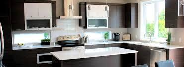 cuisine armoire brune plancher en bois dosseret de couleur beige avec un brunâtre