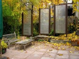 par vue de jardin brise vue jardin banc table bois panneaux bois verre jpg 640 480