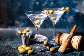 james bond martini darum trinkt james bond lieber geschüttelte cocktails blick