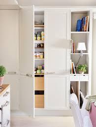 armarios de cocina con gavetas baldas y pequeños cajones con