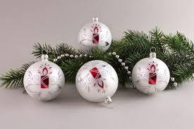 weihnachtskugeln weiß matt rote kerze christbaumschmuck und