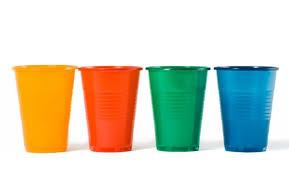 piatti e bicchieri di plastica colorati riciclo creativo bicchieri di plastica non sprecare
