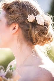 fleurs cheveux mariage les moineaux de la mariée au bout des cheveux une fleur