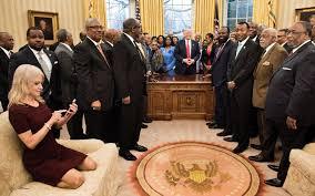 baise au bureau l étonnante photo de la conseillère de à genoux dans le bureau