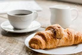 petit d駛euner au bureau petit déjeuner d affaires au bureau avec café lait et croissants