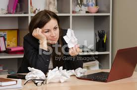 le bureau fille fille triste dans le bureau détient une feuille froissée photos