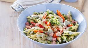 cuisiner du choux vert recette de salade de pâte au chou vert et gorgonzola