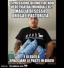 Meme Droga - espressione di uno che non vede figa dai mondiali 82 maglia di