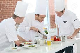 formation cuisine la formation des étudiants de chef dans une cuisine de restaurant