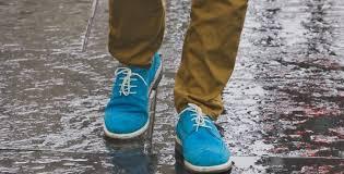 foto bagnate come asciugare rapidamente le scarpe quando si bagnano per evitare