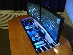 un magnifique ordinateur intégré dans un bureau sur mesure niko