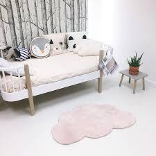 le chambre bébé fille tapis nuage pastel pour chambre bébé fille par lilipinso