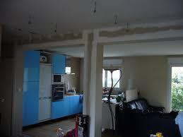 cuisine avec poteau au milieu mur porteur et poteaux de soutien